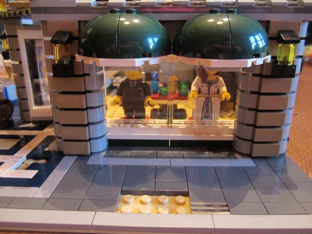 Lego 10211 p9